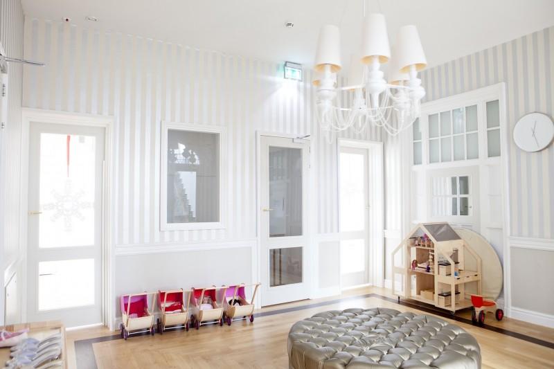 Indret flot og minimalistisk med et Hay sofabord